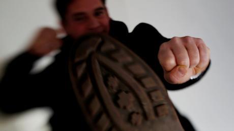Ein rätselhafter Streit in Osterberg beschäftigt derzeit die Polizei in Illertissen: Am Donnerstagabend gegen 18 Uhr ist ein 79 Jahre alter Mann von einem anderen auf offener Straße angegriffen und dabei verletzt worden