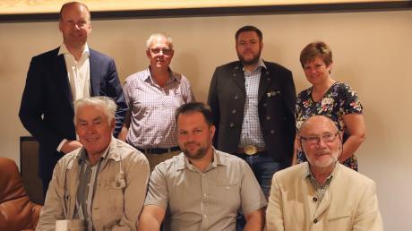 Landrat Martin Sailer, Franz Bürger, Joseph Weber und Sabine Ferber, Fachbereichsleiterin Naturschutz, Jagd und Fischerei (hinten von links), Norbert Schalk, Marcus Zöttl und Josef Schilling (vorne von links).