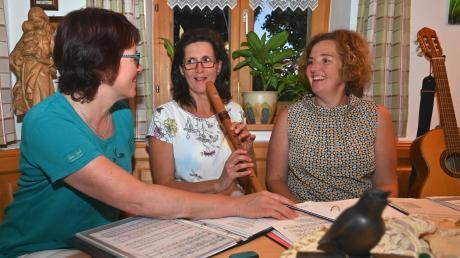 Lauterbacher Dreigesang bei der Probe im Wohnzimmer von Ulrike Heindl: (von links) Johanna Wech, Ulrike Heindl, Marlies Landherr.