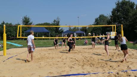 Ist gut besucht: Das Beachvolleyballfeld in Biberbach.