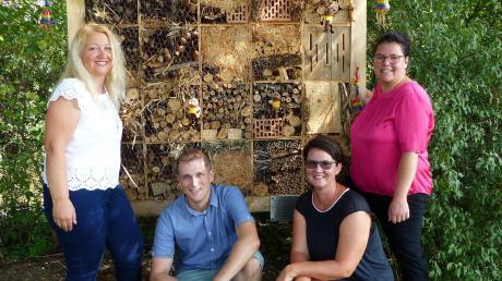 Michaela Gerstmair, Michael Brügner, Nadine Maras und Barbara Grob (von links) haben sich als Orga-Team der Initiative Buntes Allmannshofen (IBA) vor ihrem jüngsten Werk platziert. Ende Juli wurde das Insektenhotel an der Wegstrecke zwischen Holzen und Allmannshofen im Zuge des Ferienprogramms befüllt.