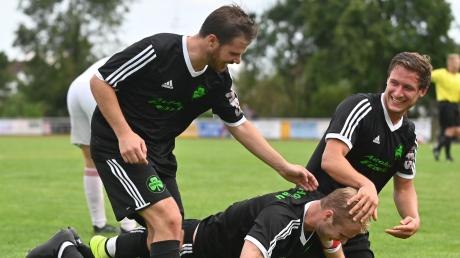 Zum Niederknieen! Die Horgauer Julian Kaiser, Philipp Mayer und Maximilian Vogele (von links) bejubeln das 3:0 gegen die SpVgg Westheim.
