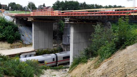 Etwa 17 Meter in die Tiefe führt die Bahn-Schneise bei Gabelbachergreut. Hier entsteht derzeit eine neue Bahnbrücke für rund 3,7 Millionen Euro. Geld, das der Zusmarshauser Bürgermeister lieber für andere Projekte ausgeben hätte. Dennoch muss die Kommune für einen Großteil der Kosten aufkommen.