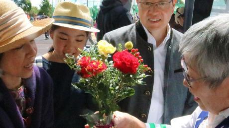 Stadtbergen verbindet eine Freundschaft zur Präfektur Fukushima in Japan. Das Stadtberger Stadtfest ließ sich der japanische Generalkonsul Tetsuya Kimura nicht entgehen.