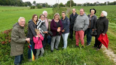 Wie gut die Feldhecke eingewachsen ist, zeigte Manfred Meyer-Burgmayer (links) den Vertretern der Biberbacher Gartenfreunde, der Imker und des Bund Naturschutz bei einem Spaziergang.