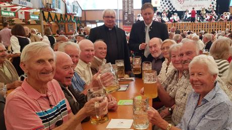 """Der Seniorenstammtisch """"Westheim 2000"""" hieß den neuen katholischen Pfarrer Stephan Spiegel mit Bürgermeister Richard Greiner willkommen."""