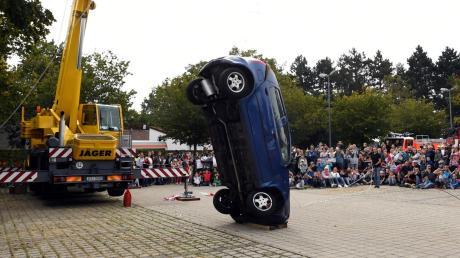 So sieht es aus, wenn ein Auto aus 12 Metern Höhe ungebremst zu Boden kracht. Damit wollte die Gersthofer Wehr einen Frontalaufprall mit etwa 50 Stundenkilometern simulieren. Etwa 2000 Zuschauer waren am Wochenende bei den Aktionstagen der Gersthofer Feuerwehr.