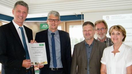 Bürgermeister Wolfgang Jarasch erhielt vor einem Jahr von AOK-Direktor Alfred Heigl die Urkunde zur Förderzusage (von links). Jens Tietböhl, der Seniorenbeauftragte der Gemeinde Alois Pfaffenzeller und Christine Hagen waren beim Start dabei.
