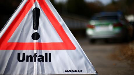 Gekracht hat es am Mittwochmorgen in Ursberg, als zwei 19-Jährige mit ihren Autos zusammenstießen. einer der beiden wurde dabei leicht verletzt.