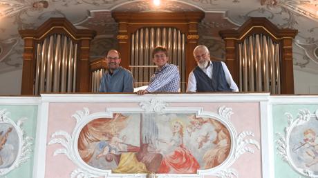 Geschafft! Orgelbauer Robert Wech, Organist Marius Herb und Franz Köhler vom Förderverein (von links) freuen sich über die neue Orgel in der Batzenhofer Kirche. Es ist der gute Ende einer langen Geschichte.