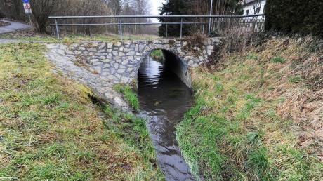 Der Mühlbach in Aystetten soll wieder in seinem natürlichen Bachlauf fließen, die Planungen für die Renaturierung stammen bereits aus dem Jahr 2014. Nun wird es konkret. Diese Brücke wird abgerissen. Der Bach bekommt unter der neuen Brücke einen breiteren Durchlauf.