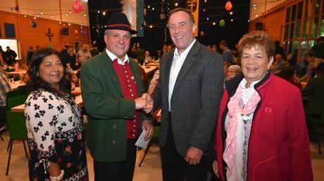 Seinen 50. Geburtstag feierte Markus Brem (Zweiter von links) mit (von links) Kalpana Brem-Shrestha, Peter Kraus und Giesela Achberger.