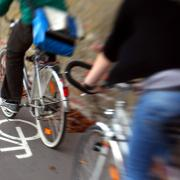 Zwei Fahrradfahrer sind in Vöhringen zusammengestoßen.