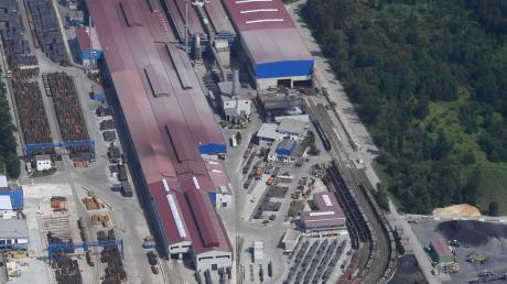 An das Herbertshofer Stahlwerk grenzt der Lohwald an. Dort will die Max-Aicher-Gruppe neue Anlagen und Hallen bauen. Dafür soll ein Teil des geschützten Waldes gerodet werden.