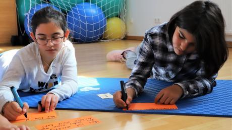 Leyla und Miriam (rechts) aus Stadtbergen haben bei der Zukunftswerkstatt im Landratsamt mitgemacht. Sie machen sich schon länger Gedanken über die Zukunft unserer Welt.