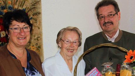 Zum Gratulantenkreis beim 90. Geburtstag von Helga Gebauer (Bildmitte) gehörten Meitingens Zweiter Bürgermeister Werner Grimm und die erste Vorsitzende des Katholischen Frauenbundes Herbertshofen Ulrike Pohl.