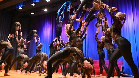"""Stadtbergen, Bürgersaal, Kinderhilfswerk Plan, Benefizkonzert, """"Akrobatik Masters"""" mit einem Teil aus ihrem Programm """"The Greatest Showman""""."""