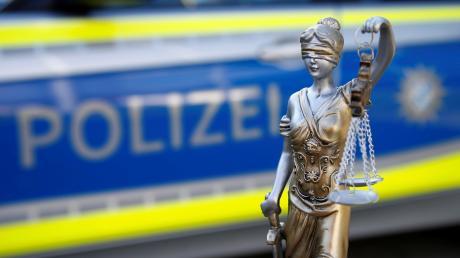 """In einem Bus in Augsburg haben zwei Männer erst gestritten und sind dann handgreiflich geworden. Der Auslöser sollen """"provokative"""" Blicke gewesen sein."""