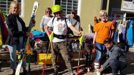 Bestens ausgerüstet für die kommende Skisaison sind Luisa, Max und Dominik, die sich fachkundig vom DJK-Skibörsen-Team (hinten von links im Bild) Brigitte Baumann, Dr. Walter Stahl und Karin Zimmermann beim Skibasar beraten ließen.