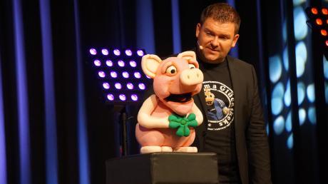 """""""Pig Nic"""", das unglückliche Marzipanschwein erlebt an der Hand von Sebastian Reich die Wandlung zur """"Rampensau""""."""