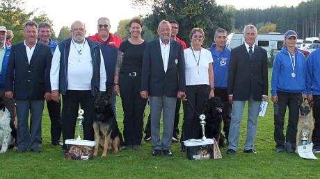 Bei der Siegerehrung in Blankenburg wurden alle Teilnehmer, Fährtenleger und Organisatoren mit Pokalen, Urkunden und Präsenten bedacht.