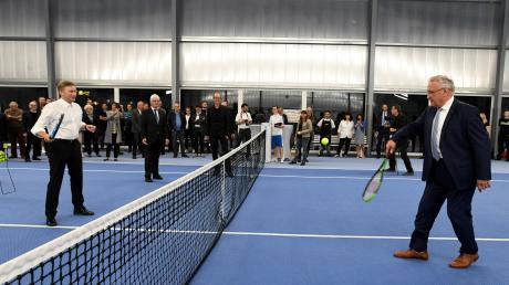Innenminister Joachim Herrmann (links) wagte beim Tennisclub Neusäß in der neuen Halle einen Ballwechsel mit Richard Greiner.