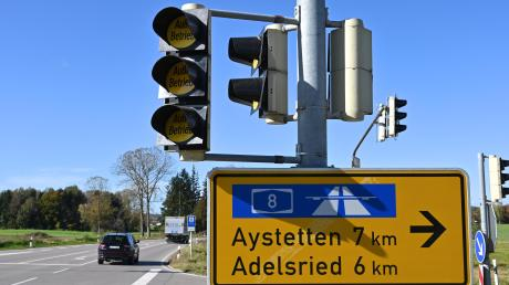 Autofahrer müssen an der Kreuzung bei Horgau in Zukunft nicht mehr auf den Gegenverkehr achten. Bei Grün haben sie freie Fahrt.
