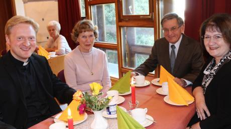 Der neue Kaplan Mathias Breimair (links) mischte sich nach dem Gottesdienst für Gespräche unter die Aystetter Bürger.