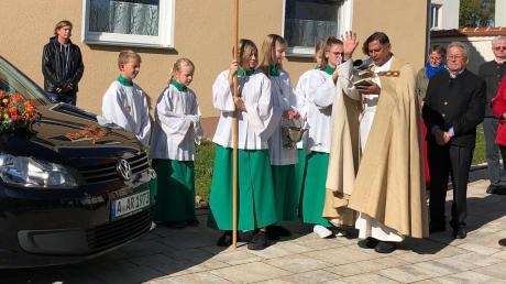 Pfarrer Norman D'Souza, Leiter der Pfarreiengemeinschaft Nordendorf-Westendorf, erteilte dem neuen Fahrzeug der Ambulanten Krankenpflege Holzen und Umgebung, das auch mit einem Rollstuhl ausgestattet ist, nach der feierlichen Eucharistie in Westendorf den kirchlichen Segen.