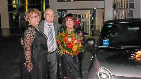 Margeritenball 2019 in der Stadthalle Gersthofen: Annemarie Kasseckert (rechts) aus Diedorf (im Bild mitihrem Ehemann Franz und ihrer Nichte) gewann einen Fiat 500.