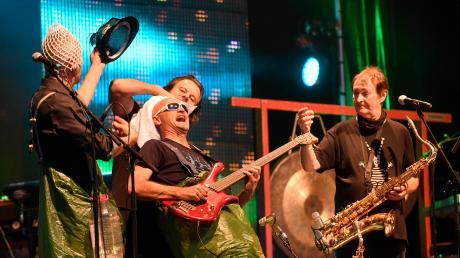 Die Musiker um Hans-Jürgen Buchner (rechts) begeistern das Publikum mit einer Mischung aus Volksmusik und exotischen Klängen. Haindling kommt nun nach Fischach.