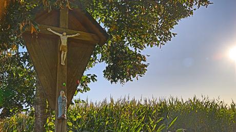 Unbekannte haben an zwei Feldkreuzen in der Flur von Ellgau die Christusfigur mit roter Farbe beschmiert.