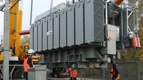 Der 67 Tonnen wiegende Trafo wurde vom Speziallastwagen auf das Fundament im Umspannwerk in Gersthofen gehoben.