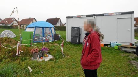 Seit sieben Monaten lebt eine 50-Jährige gemeinsam mit ihrem siebenjährigen Sohn in einem Container. In Zelten lagert die Frau ihr Hab und Gut. Um die Persönlichkeit der Betroffenen zu schützen, haben wir ihr Gesicht unkenntlich gemacht.