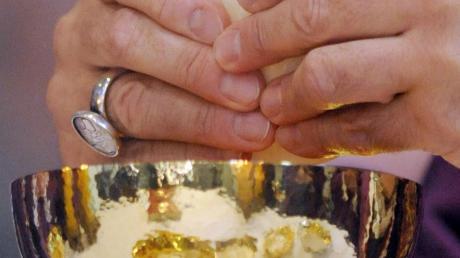 Diebe hatten den Taberlnakel in der Pfarrkirche St. Martin in Heretsried aufgehebelt und einen Hostienkelch gestohlen. Laut Kirchenrecht wird das Abhalten von Gottesdiensten erst dann wieder möglich, nachdem die Schändung durch den Bußritus behoben ist.
