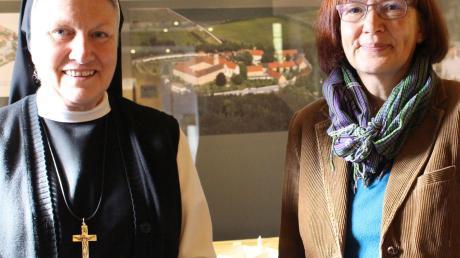 Äbtissin M. Gertrud Pesch und Museumsleiterin Beate Spiegel vor den Modellen und Bildern der Abtei.