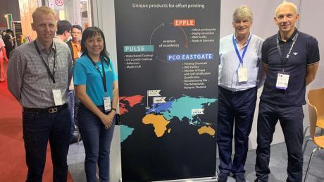 Sie stellten die Produkte der Firma Epple auf der Messe in Bangkok vor: (von rechts) Gary Sheppard (Director Pulse Printing Products) Wilfried Bauder (Head of International Sales Epple Druckfarben) und Teoh Mei Kinn (Pco EastGate).