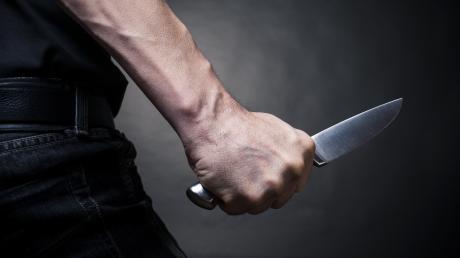 Ein Familienvater aus dem Landkreis Dillingen griff im Oktober 2020 seine Familie mit einem Messer an. Jetzt steht er vor Gericht.