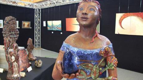 Brigitte Winter zeigt mit ihren Keramikarbeiten die Ausdruckskraft weiblicher Schönheit. Im Hintergrund Bilder von Ingrid Egger,