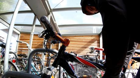 Mit einem Bolzenschneider machte sich ein Mann an dem Fahrrad zu schaffen. War es der Besitzer oder ein Dieb?