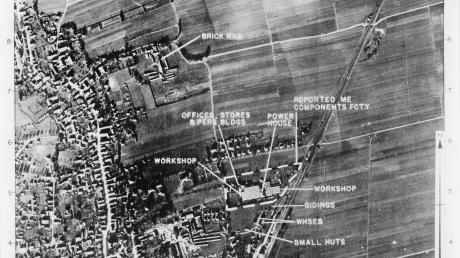Diese Luftaufnahme von Schwabmünchen wurde schon am 5. November 1944 von der amerikanischen Luftwaffe aufgenommen. Es zeigt detailliert das Angriffsziel der ehemaligen Holzhey-Fabrik (im Osten). Aber auch das Ziegelwerk Schmid (im Norden) und die Baufirma Gebrüder Kroen (im Süden) sind auf der Aufnahme gekennzeichnet. Diese beiden Ziele wurden bei dem Angriff ebenfalls stark beschädigt.