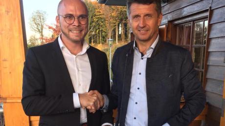 Fabian Mehring (links) gratuliert Peter Wendel zur Nominierung als Bürgermeisterkandidat.