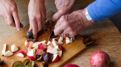 Hilfe beim Kochen oder Einkaufen wäre eine Möglichkeit, wie Senioren von anderen Unterstützung bekommen könnten.