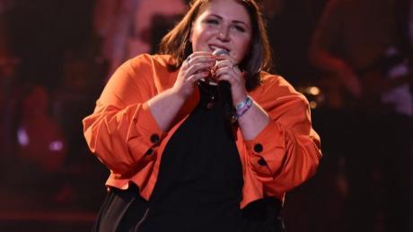 """Anna Strohmayr bei ihrem letzten Auftritt in der Fernsehsendung """"Voice of Germany"""". Sie sang ein Lied von Adele."""