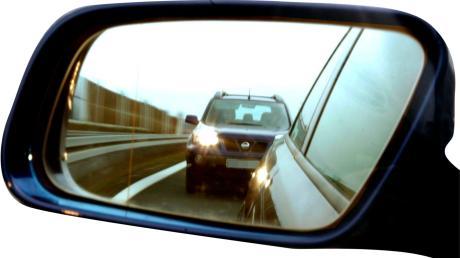 Ein unbekannter Autoahrer will bei Neusäß mit der Lichthupe einen BMW von der linken Spur drängeln
