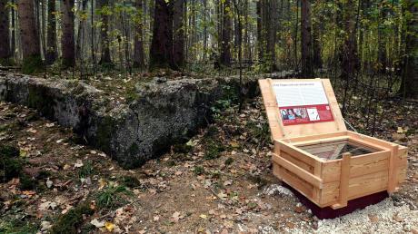 Vor einem Jahr ist der Gedenkweg zum Waldwerk Kuno im Scheppacher Forst eröffnet worden. Informationen zu der Produktionsstätte, in der Zwangsarbeiter für die Nazis schuften mussten, finden sich zum Beispiel auch in Holzkisten.