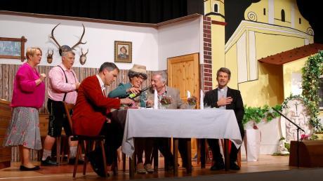 """Ein Gourmet-Tempel in der Dorfkirche? Dieser Frage geht der Theaterverein Nordendorf in der diesjährigen Spielsaison nach in der Komödie """"Die fromme Helene"""" von Cornelia Willinger."""