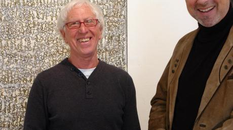 Im Fachgespräch zur richtigen Größe von Bildern: Künstler Eugen Wilfried Müller (links) mit Kunstvereinsvorsitzendem Rainer Ehrhard.Foto: Ingeborg Anderson