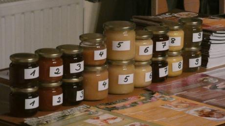 Imker Rainer Bickel aus Wehringen hatte neun verschiedene Honigsorten aus Deutschland mitgebracht. Fotos: Jutta Kaiser-Wiatrek