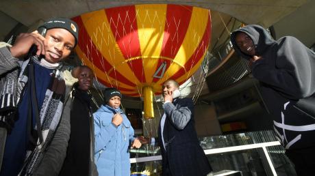 Die Jugendlichen aus Kenia besuchten in Gersthofen auch das Ballonmuseum und nutzten den englischsprachigen Audioguide für eine Führung.